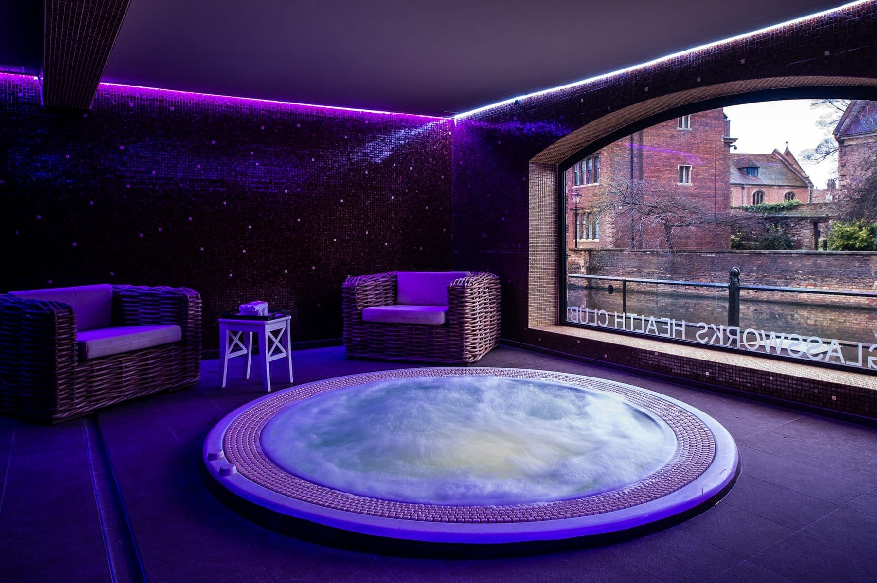 Jacuzzi tub with bubbles